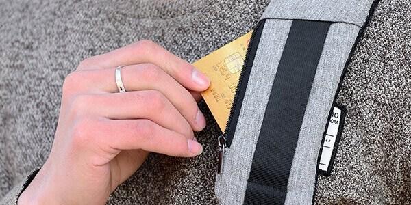 mochila con bolsillos escondidos